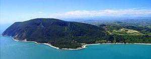 il promontorio del Monte Conero visto dal mare